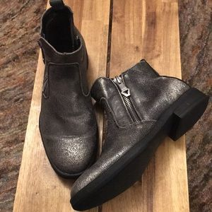 Leather Chelsea boots with silver metallic finish